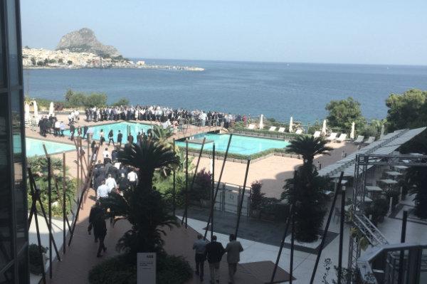 ABB viaggio DMC in Sicilia, ritrovo in piscina davanti al mare