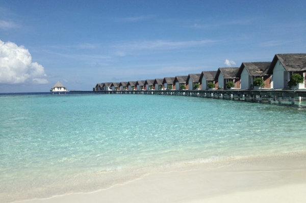 Maldive villaggio turistico con mare turchese